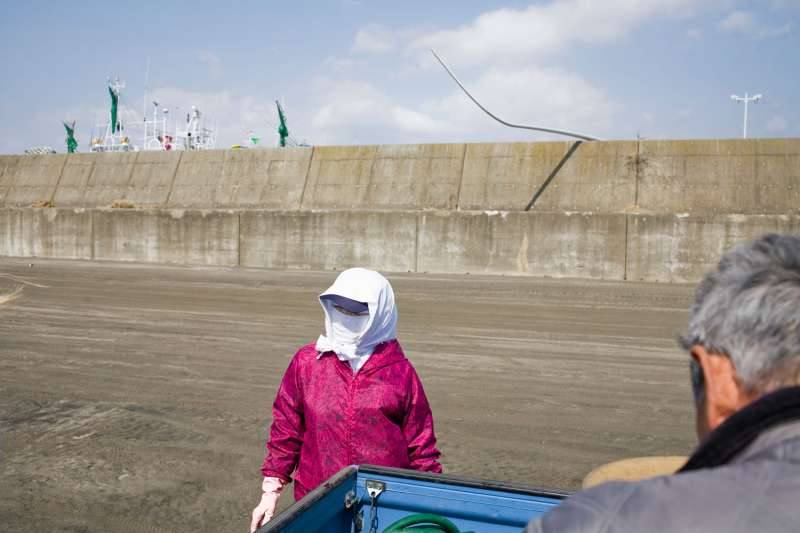 Locals collect sea water near the Misawa port, March 19 2011.