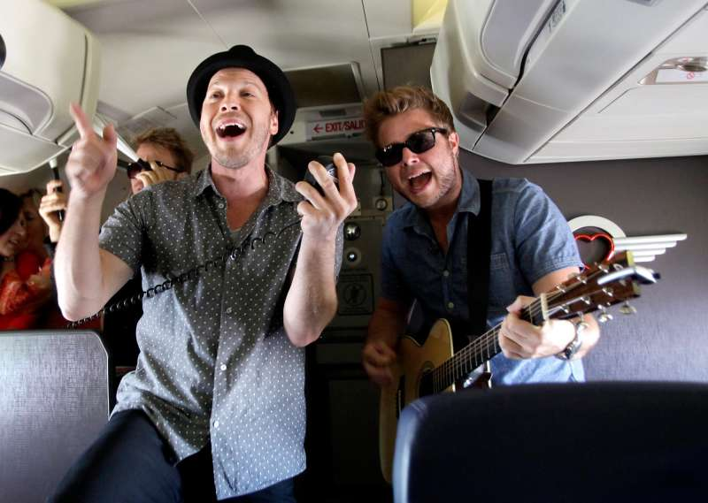 Gavin DeGraw sings his single,  Best I Ever Had  on a Southwest Airlines flight.