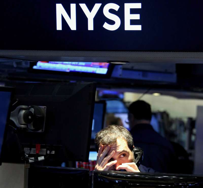 epaselect epa05113599 A trader works on the floor of the New York Stock Exchange at the start of the trading day in New York, New York, USA, on 20 January 2016. The Dow Jones industrial average lost nearly 300 points in early trading in reaction to a drop in the price of oil, among other factors. EPA/JUSTIN LANE