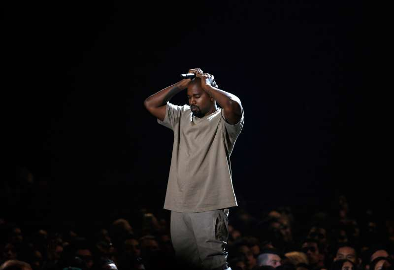 Kanye West pauses as he speaks while accepting the Video Vanguard Award at the 2015 MTV Video Music Awards in Los Angeles, California, August 30, 2015.
