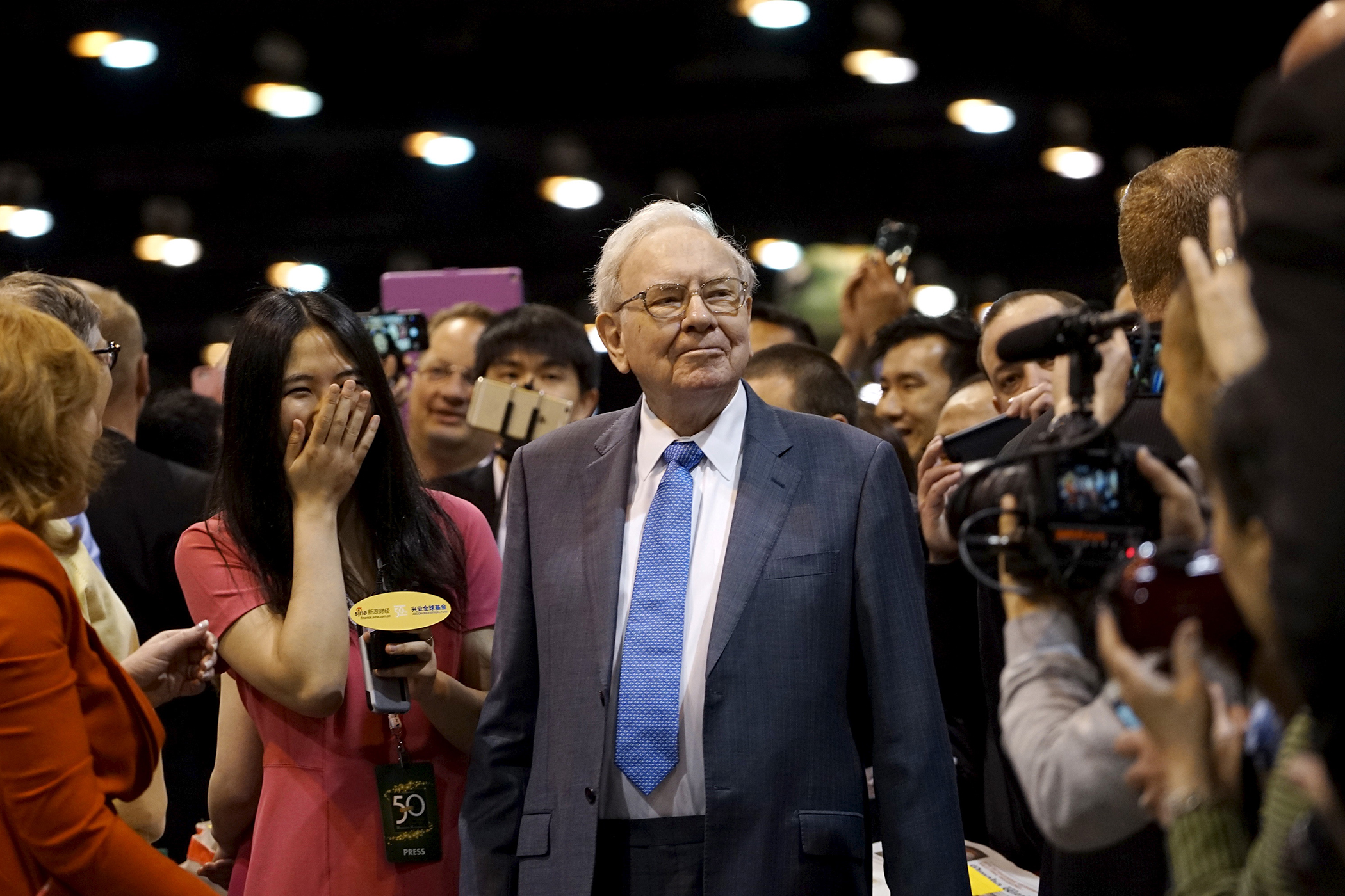 Berkshire Hathaway CEO Warren Buffett reacts after throwing in a newspaper throwing contest prior to the Berkshire annual meeting in Omaha, Nebraska May 2, 2015.