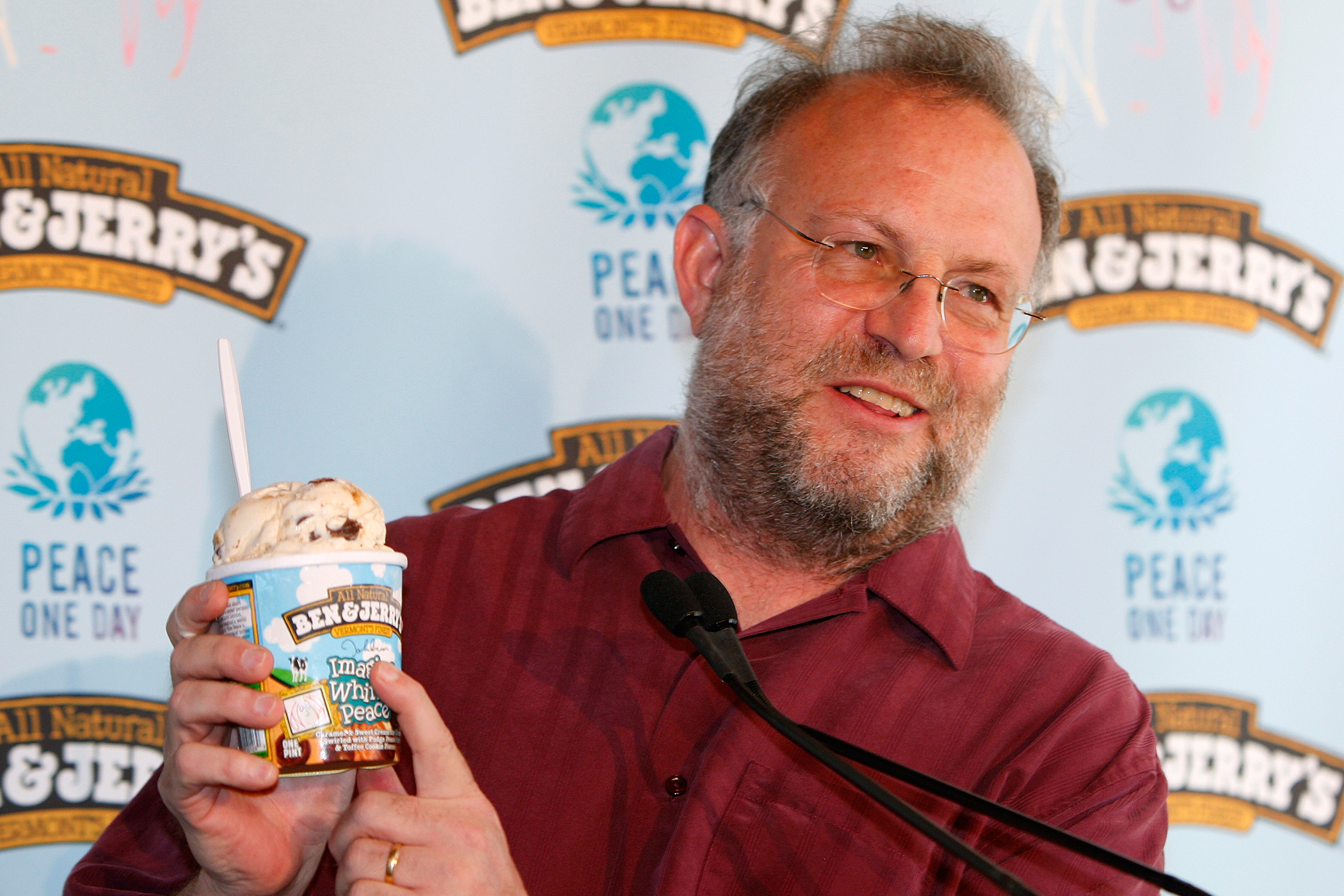 Jerry Greenfield, co-founder of Ben & Jerry's Homemade Holdings, Inc., shows Ben & Jerry's new flavour  Imagine Whirled Peace  during a promotional event in New York May 27, 2008. The new flavour is made up of caramel & sweet cream ice creams swirled with fudge pieces and toffee cookie pieces.