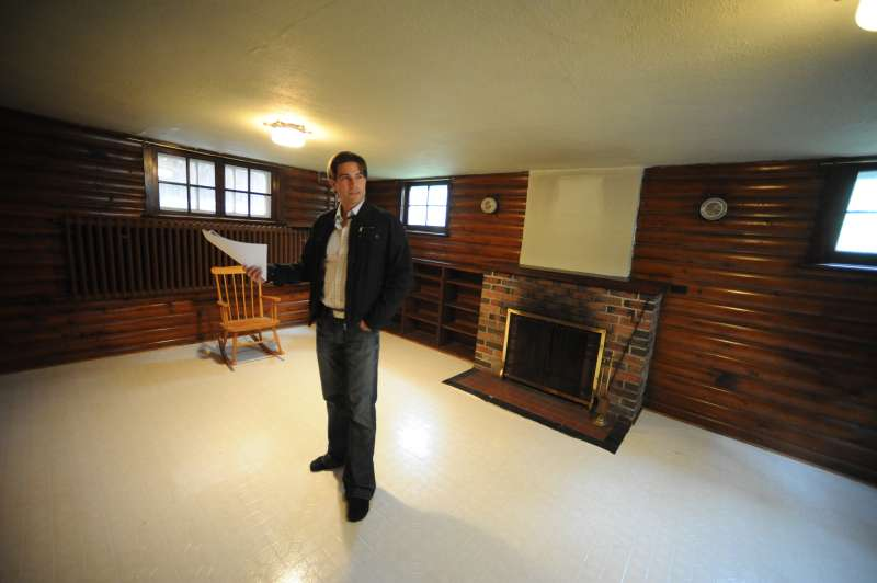 0CT.20th 2009.pics of. scott in the basement of a property on 20th ave in mimico.scott mcgillivray,h