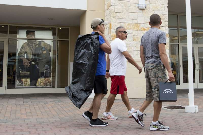 Shoppers At Malls Ahead Of Consumer Comfort Figures