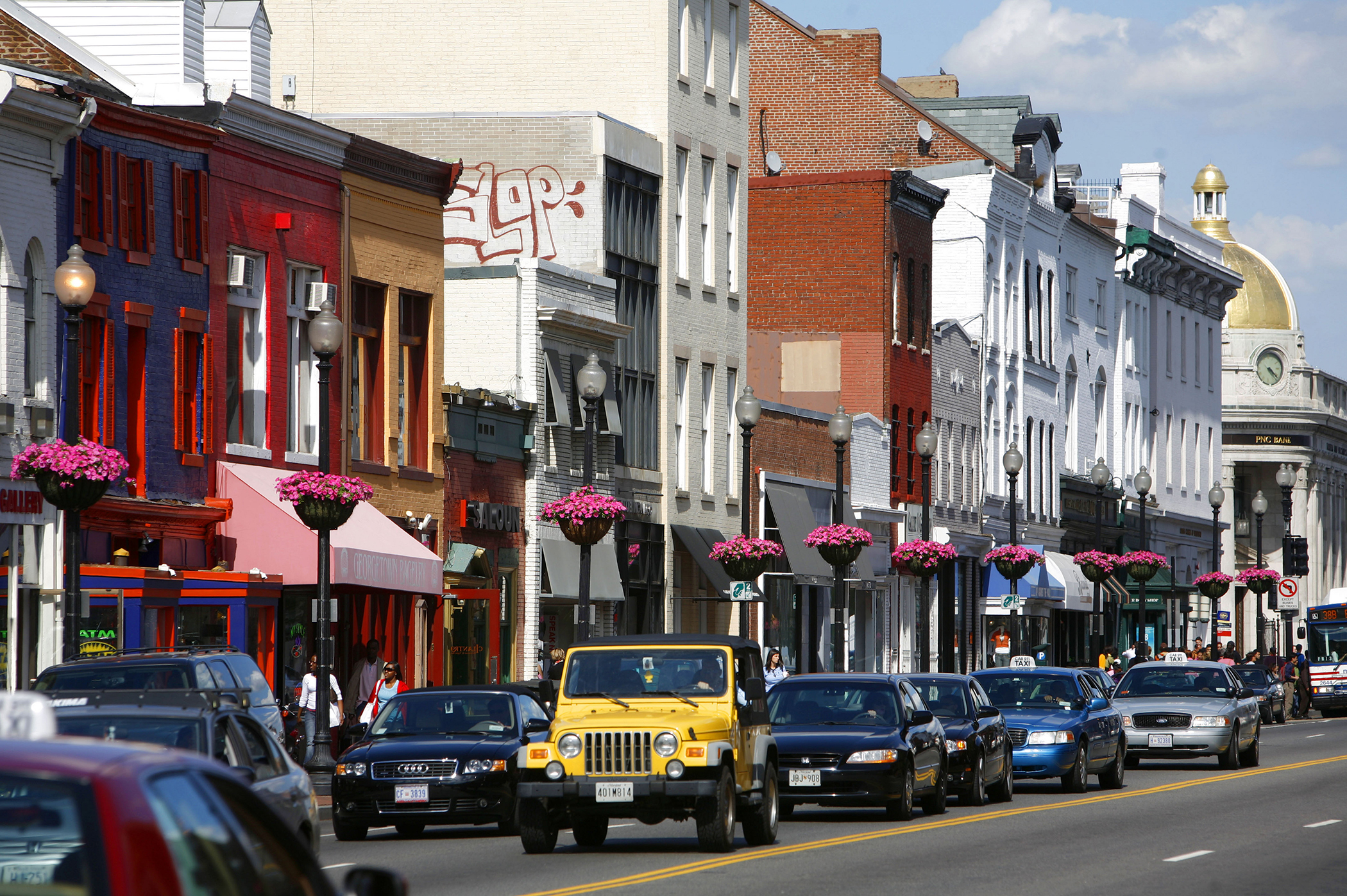 2. Washington, D.C.:Two reasons it's great to be rich and single in Washington. The median household income is just over $72,000 and admission to all those date-friendly museums is free.