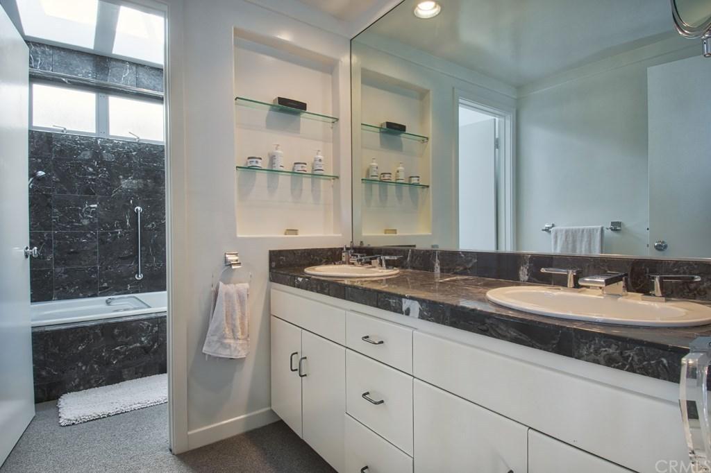 Warren Buffett Laguna Beach Bathroom