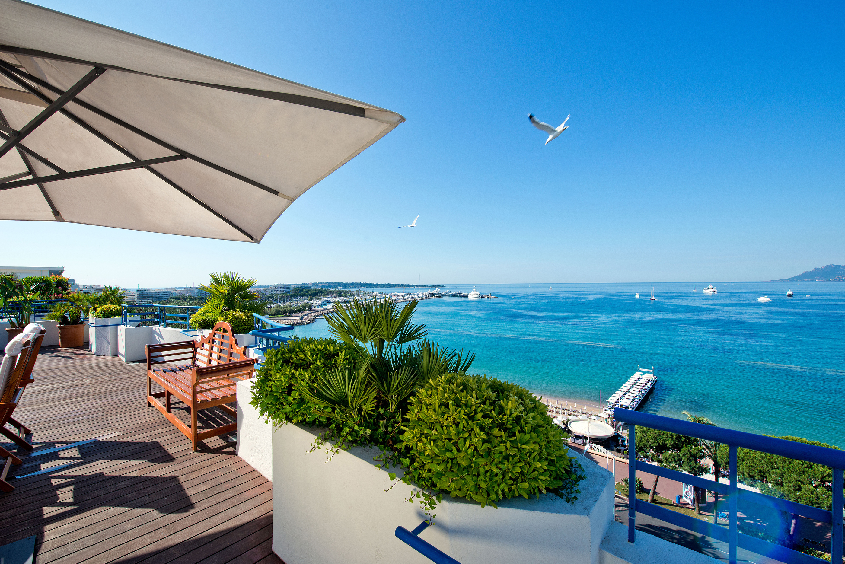 171102-lavish-hotel-rooms-penthouse-suite-grand-hyatt-cannes