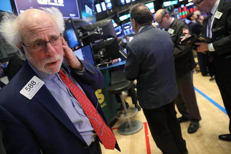 Dow Continues Decline, Dropping Over 300 Points In Early Trading