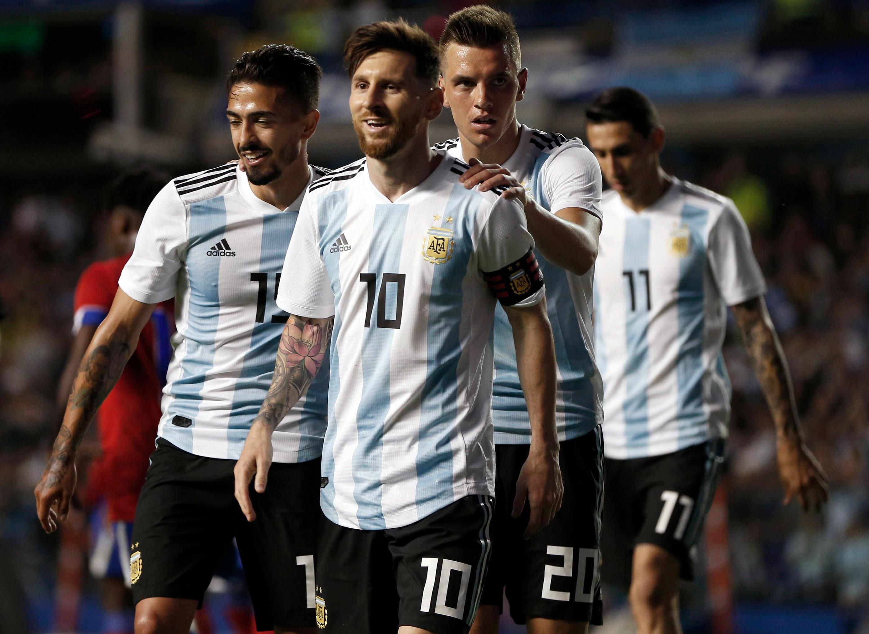 Manuel Lanzini của Argentina, trái, Giovanni Lo Celso, thứ hai bên phải và Angel Di Maria, bên phải, chúc mừng đồng đội Lionel Messi, thứ hai bên trái, sau cú hat trick của anh ấy trong trận đấu giao hữu giữa Argentina và Haiti tại sân vận động Bombonera ở Buenos Aires, Argentina , Ngày 29 tháng 5 năm 2018.
